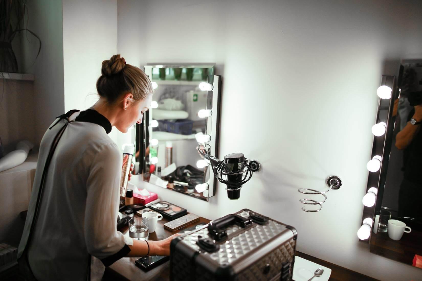 Grandur Filmstudio, Birgit Morri Visagistin beim Schminken