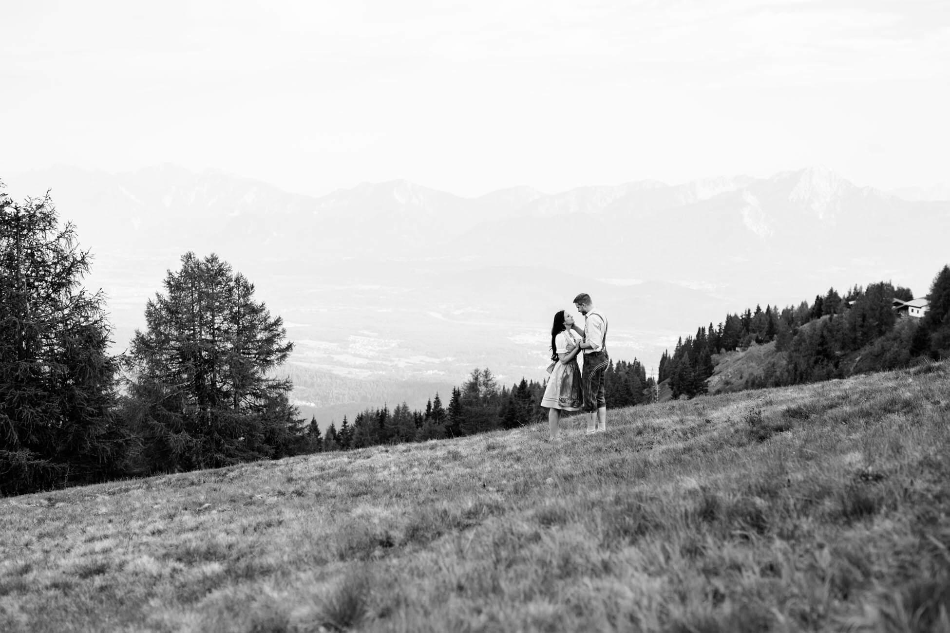 Pärchen Shooting auf der Alm, Paar Shooting am Berg in Dirndl und Lederhosen am Feuerberg auf Gerlitzen in Kärnten. Österreich (1 (1)